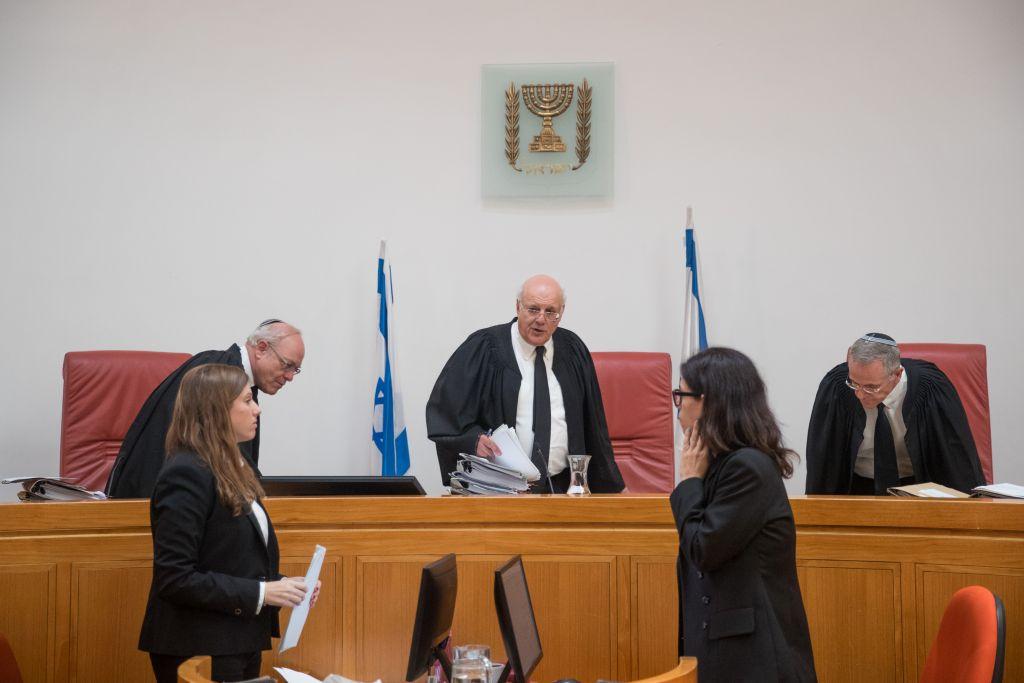 Hanan Melcer, juge de la Cour suprême , au centre, à la Haute cour de justice de Jérusalem, pour une audience sur les transports publics à Shabbat, le 11 septembre 2017. (Crédit : Yonatan Sindel/Flash90)