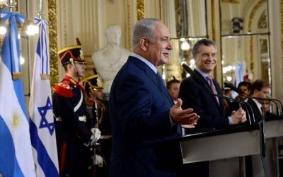 Le Premier ministre Benjamin Netanyahu avec le président argentin Mauricio Macri, au palais San Martin de Buenos Aires, le 12 septembre 2017. (Crédit : Avi Ohayon/GPO)