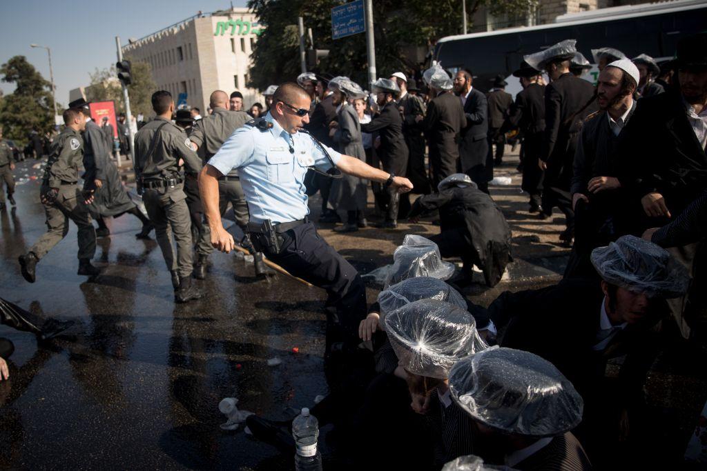 Affrontements entre policiers et Juifs ultra-orthodoxes pendant une manifestation contre le service militaire, à Jérusalem, le 17 septembre 2017. (Crédit : Yonatan Sindel/Flash90)