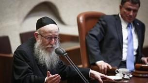 Le ministre de la Santé Yaakov Litzman à la Knesset lors d'une session extraordinaire le 18 septembre 2017. (Crédit : Miriam Alster/Flash90)
