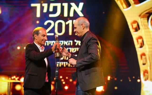 """Sasson Gabai, à gauche, remet un Ophir au réalisateur de """"Foxtrot"""", Samuel Maoz, le 19 septembre 2017. (Crédit : Flash90)"""