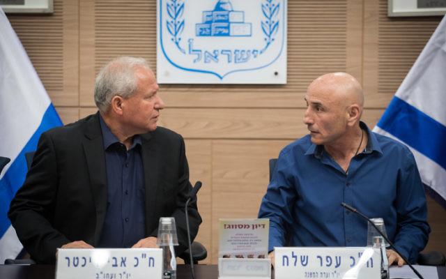 Avi Dichter, à gauche, député du Likd et président de la commission des Affaires étrangères et de la Défense de la Knesset, et Ofer Shelah, président de la sous-commission en charge des perspectives de défense, pendant la présentation d'un rapport parlementaire sur le plan quinquennal Gideon de l'armée, le 25 septembre 2017. (Crédit : Hadas Parush/Flash90)