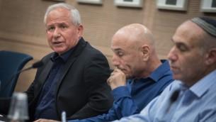 De gauche à droite : Avi Dichter, député du Likud et président de la Commission des Affaires étrangères et de la Défense, Ofer Shelah, député de Yesh Atid et président de la sous-commission en charge des perspectives de défense, et Moti Yogev, député de HaBayit HaYehudi, pendant la présentation d'un rapport sur le plan quinquennal Gideon de l'armée, le 25 septembre 2017. (Crédit : Hadas Parush/Flash90)