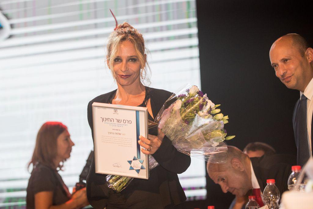 Michal Adler, l'épouse du chanteur Shlomo Gronich, a accepté en son nom le Prix de la culture juive du ministère de l'Education, avec Naftali Bennett, à Jérusalem, le 25 septembre 2017. (Crédit : Yonatan Sindel/Flash90)