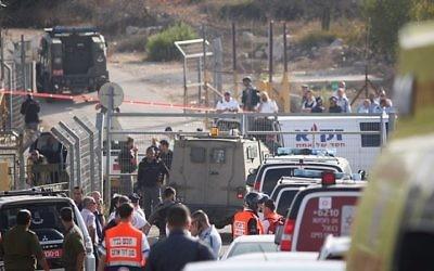 Secouristes et forces de sécurité sur les lieux d'un attentat devant l'implantation de Har Adar, le 26 septembre 2017. (Crédit : Yonatan Sindel/Flash90)