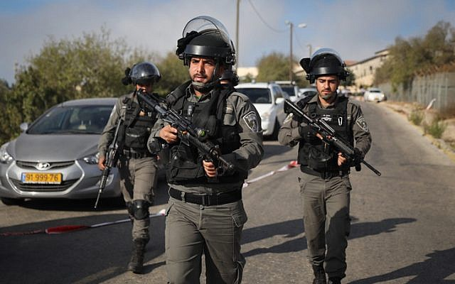 Les forces de sécurité sur les lieux d'une attaque perpétrée dans l'implantation de Har Adar, le 26 septembre 2017 (Crédit : Yonatan Sindel/FLASH90)