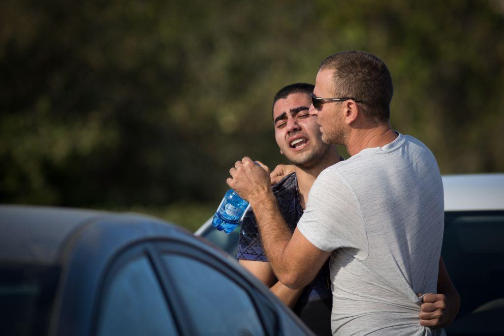 Des habitants de l'implantation de Har Adar, après l'attentat qui a fait trois morts et un blessé grave, près de Jérusalem, le 26 septembre 2017. (Crédit : Hadas Parush/Flash90)