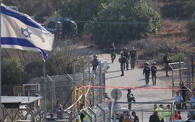 Forces de sécurité sur les lieux d'un attentat perpétré devant l'implantation de Har Adar, le 26 septembre 2017. (Crédit : Yonatan Sindel/Flash90)