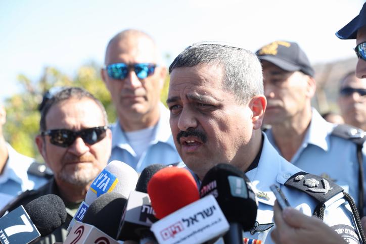 Roni Alsheich sur les lieux d'une attaque perpétrée dans l'implantation de Har Adar, le 26 septembre 2017 (Crédit : Yonatan Sindel/FLASH90)
