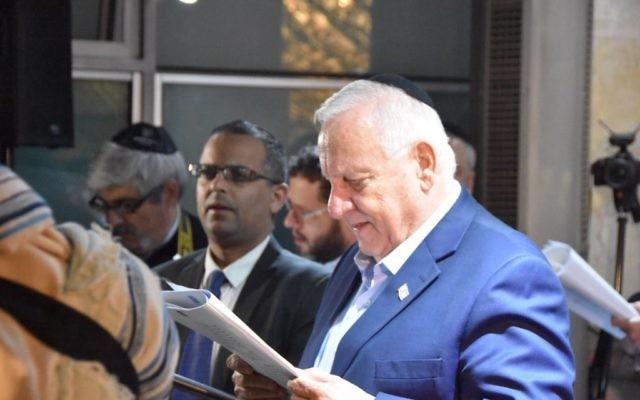 Le président Reuven Rivlin pendant une prière organisée à la synagogue de la résidence officielle du président, à Jérusalem, le 27 septembre 2017. (Crédit : Mark Neyman/GPO)