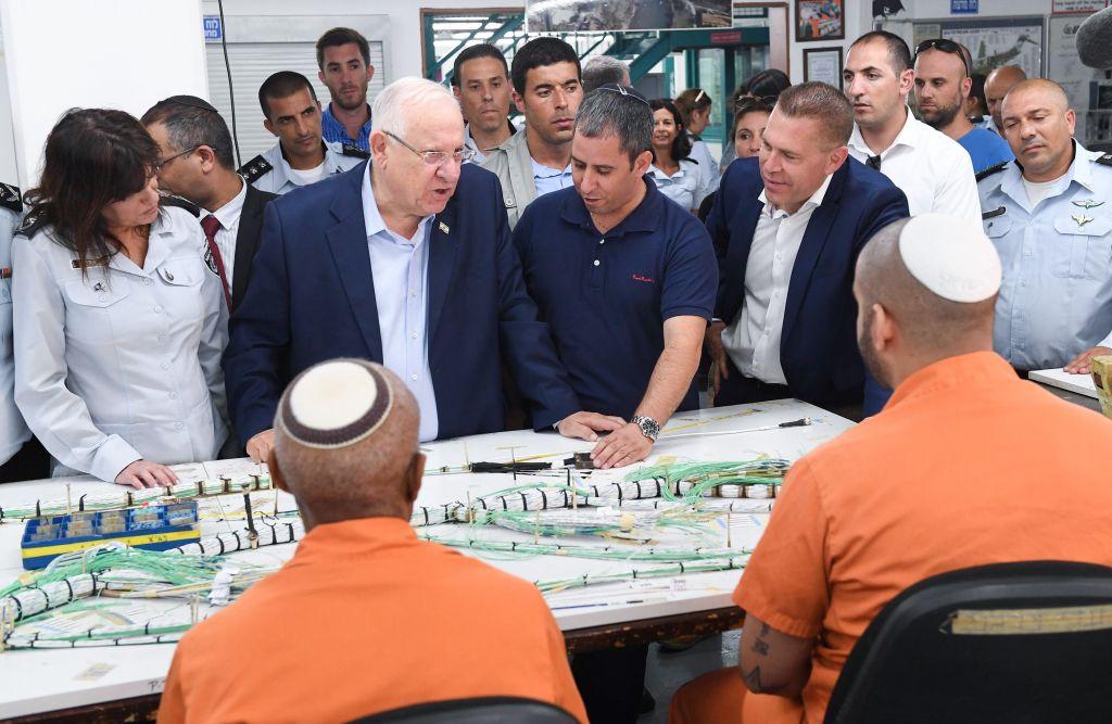 Le président Reuven Rivlin lors d'une visite à la prison de Tzalmon, au nord d'Israël. 28 septembre 2017 (Crédit : Mark Neyman / GPO)