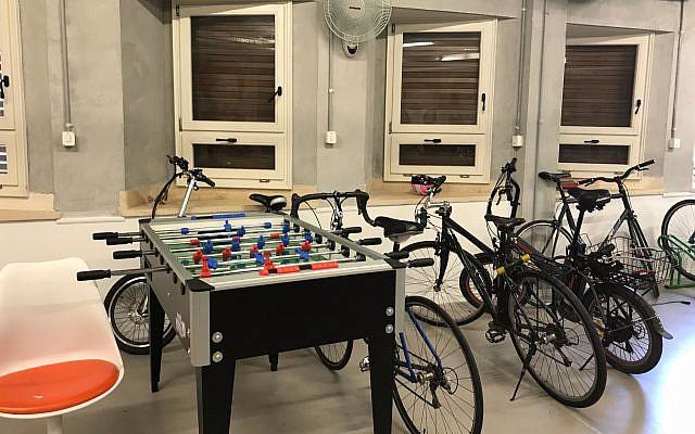 Le bureau de Fiverr à Tel-Aviv : les vélos et le baby-foot se partagent un espace, le 6 août 2017 (Crédit : Shoshanna Salomon / Times of Israel)