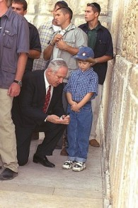 Le Premier ministre Benjamin Netanyahu et son fils Yair visitent le mur Occidental de Jérusalem à la veille de Rosh Hashanah en 1998. (Crédit : GPO)
