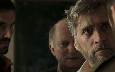 Lior Ashkenazi (au premier plan) , un père en deuil dans le film lauréat de  Samuel Maoz, ' 'Foxtrot' (Autorisation : 'Foxtrot')