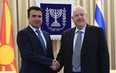 Zoran Zaev, Premier ministre de Macédoine, à gauche, avec le président Reuven Rivlin, à la résidence présidentielle officielle, à Jérusalem, le 3 septembre 2017. (Crédit : Mark Neiman/GPO)