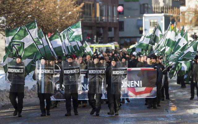 Des sympathisants du mouvement de résistance nordique participent à  une manifestation anti-immigration dans le centre de  Stockholm, le 12 novembre  2016. (Crédit : Jonathan Nackstrand/AFP/Getty Images)