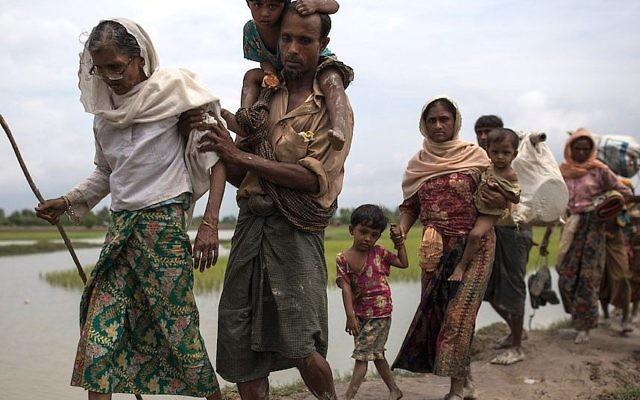 Les réfugiés rohingyas musulmans entrent au Bangladesh depuis le Myanmar le 7 septembre 2017 (Crédit : Dan Kitwood/Getty Images)