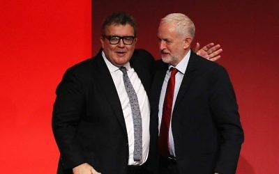 Le vice-président du  Labour, Tom Watson, à gauche, félicité par le chef du parti  Jeremy Corbyn après un discours prononcé devant les délégués dans la salle principale au troisième jour de la conférence annuelle de la formation travailliste à Brighton, au Royaume-Uni, le 26 septembre 2017 (Crédit : Dan Kitwood/Getty Images)