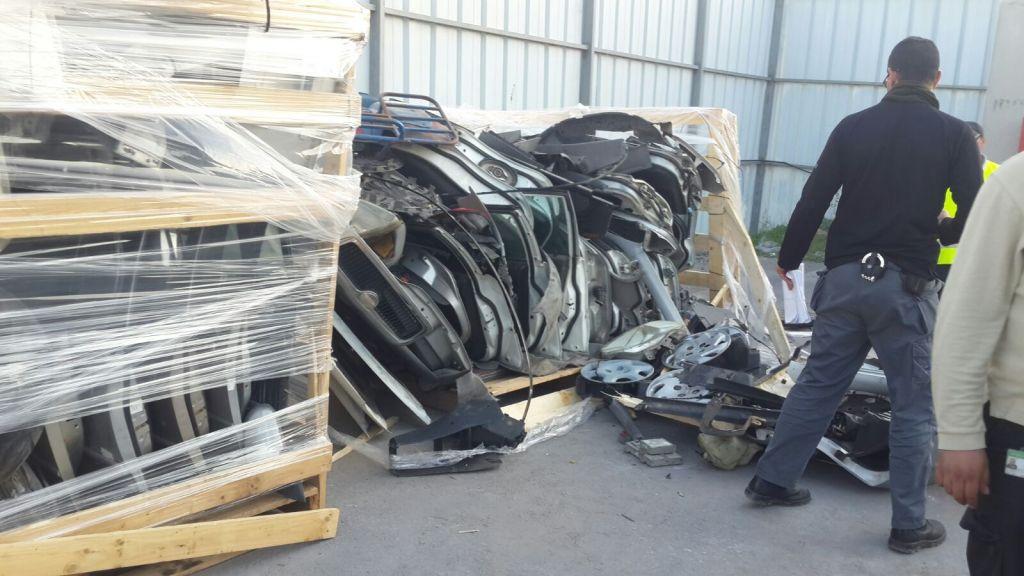 Un employé du ministère de la Défense découvre des placages pare-balles dans une cargaison de pièces détachées automobile destinée à la bande de Gaza au point de passage frontalier de Kerem Shalom le 29 décembre 2015 (Crédit : ministère de la Défense)