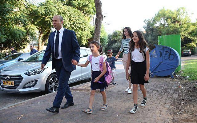 Le ministre de l'Education Naftali Bennett accompagne ses enfants à l'école le 1er septembre 2017 (Crédit : Oded Karni/GPO)