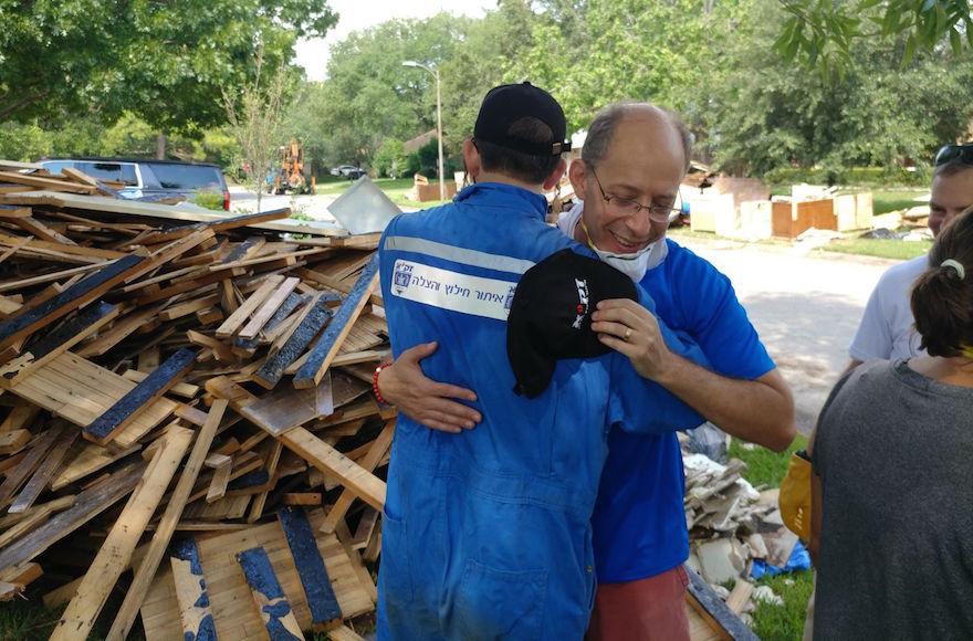 Un bénévole de ZAKA aide au nettoyage à Houston suite à l'ouragan Harvey (Autorisation de ZAKA)