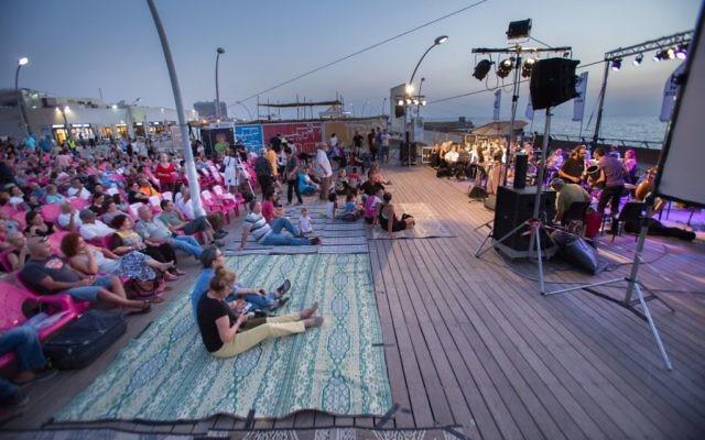 L'orchestre andalou d'Ashdod lors d'un concert organisé sur le port de Tel Aviv entre Rosh Hashanah et Yom Kippour (Autorisation : Orchestre andalou)