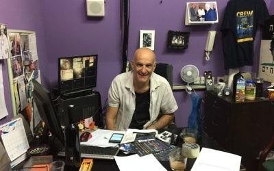 Igal Ezraty, cofondateur du théâtre de Jaffa, dans son bureau, le 10 septembre 2017. (Crédit : Jessica Steinberg/Times of Israël)
