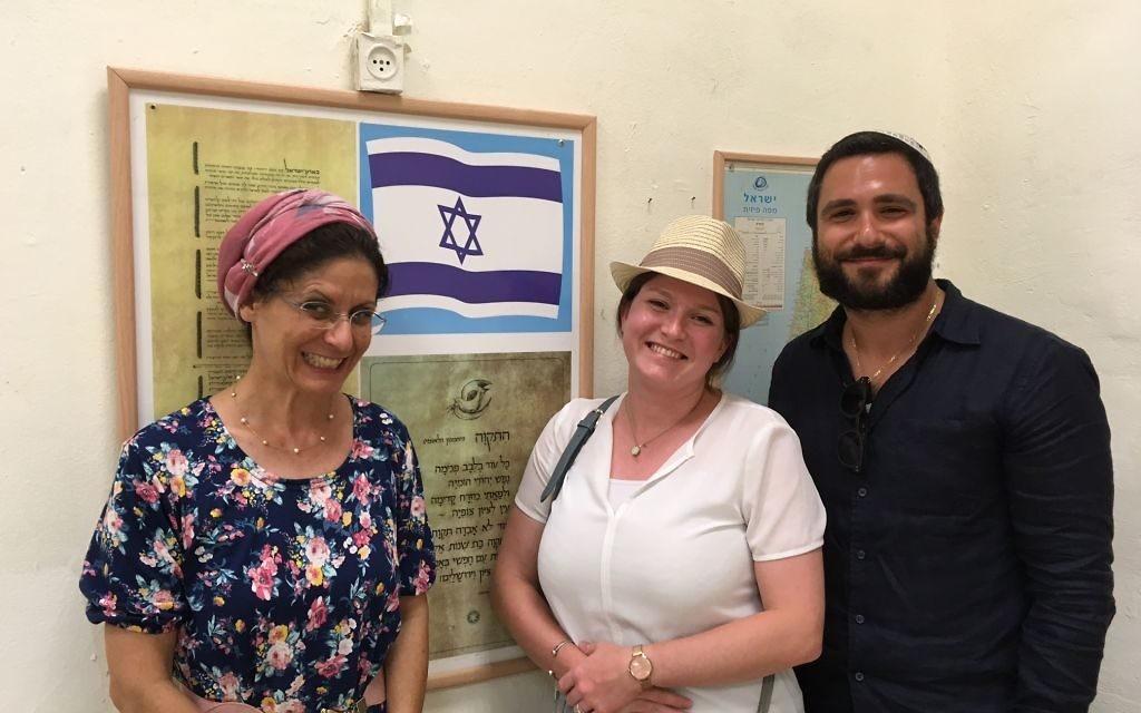 La rabanit Liora Meir et deux de ses anciens élèves, Anne et Emmanuel, à l'école Ami Giyour de Tel Aviv, en août 2017. (Crédit : Eve Boccara)