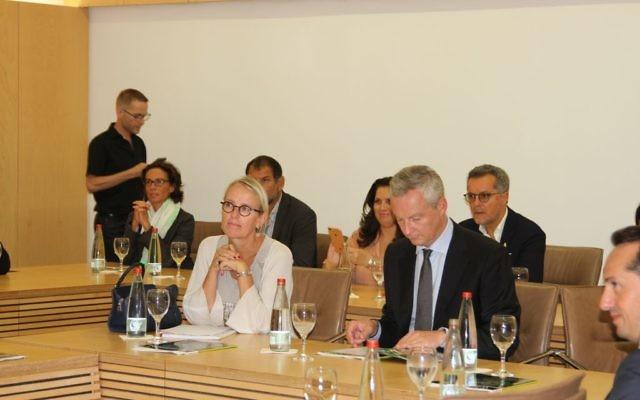 Hélène Le Gal, ambassadrice de France en Israël, avec Bruno Le Maire, ministre français de l'Economie, en visite en Israël, en septembre 2017. (Crédit : autorisation)