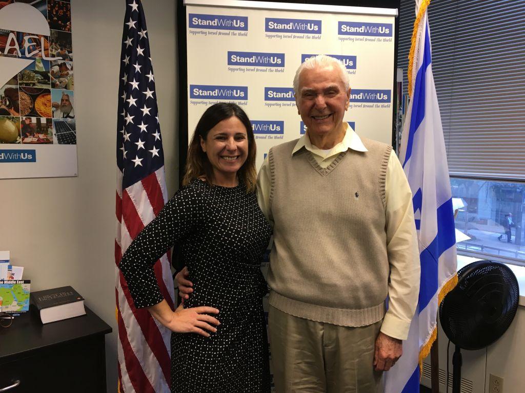 Le capitaine à la retraite Elgen Long avec sa petite-fille Samara Weiner. (Crédit : Cathryn J. Prince/Times of Israel)