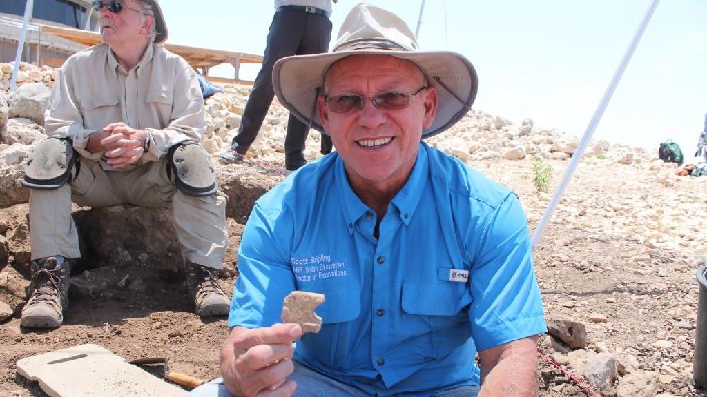 Le docteur Scott Stripling, chef des fouilles entreprises actuellement sur le site biblique de Shiloh, montre une trouvaille, le 22 mai 2017 (Crédit : Amanda Borschel-Dan/Times of Israel)