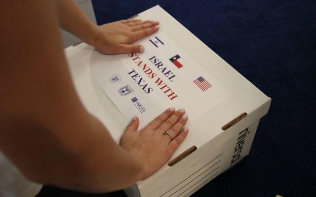 Colis d'aide envoyés par l'ambassade israélienne de Washington aux victimes de l'ouragan Harvey à Houston, au Texas, en septembre 2017. (Crédit : autorisation)