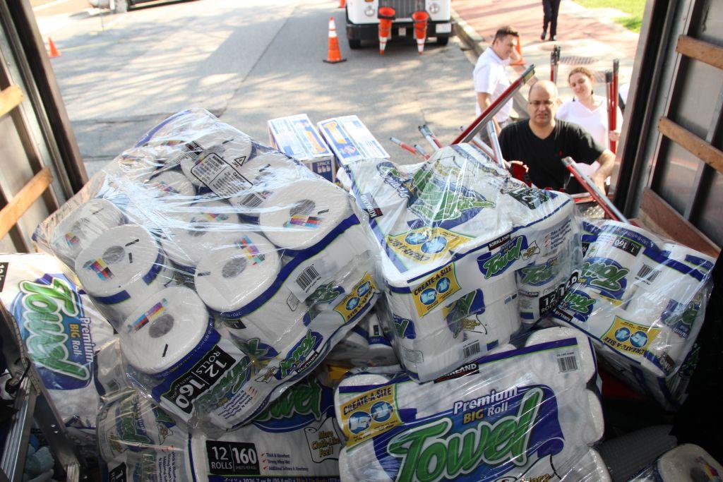 Les membres de l'ambassade israélienne de Washington chargent des paquets d'aide aux victimes de la tempête Harvey à Houston, au Texas (Autorisation)