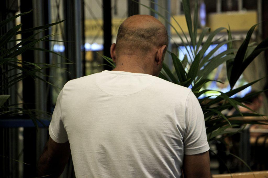 Walid, un Palestinien qui a été torturé dans les prisons de l'Autorité palestinienne parce qu'il a travaillé avec le Shin Bet. (Crédit : Dov Lieber/Times of Israël)
