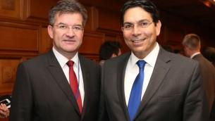 Le président de l'Assemblée générale des Nations unies Miroslav Lajcak, à gauche, avec le vice-président de l'Assemblée générale des Nations unies, Danny Danon, qui est l'ambassadeur d'Israël à l'ONU (Crédit : Ministère des affaires étrangères)