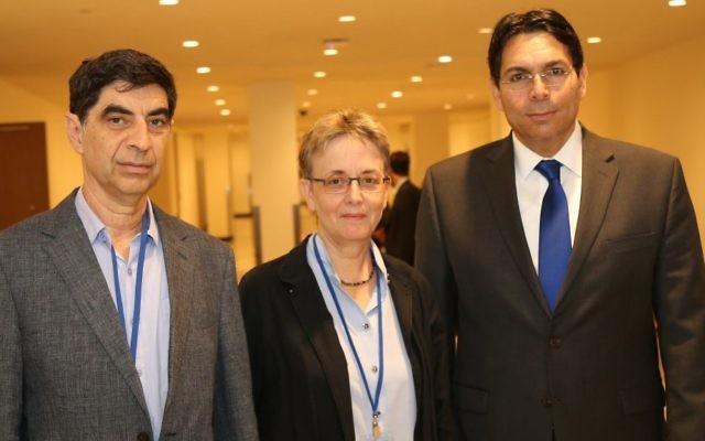 Leah et Simcha Goldin avec l'ambassadeur israélien auprès des Nations unies Danny Danon au siège de l'ONU, à New York, le 8 septembre 2017. (Crédit : mission israélienne aux Nations unies)