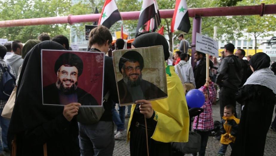 Des manifestantes avec des photographies de Hassan Nasrallah,le chef du Hezbollah, pendant la manifestation Al-Quds à Berlin, le 25 juillet 2014. (Crédit : Micki Weinberg)