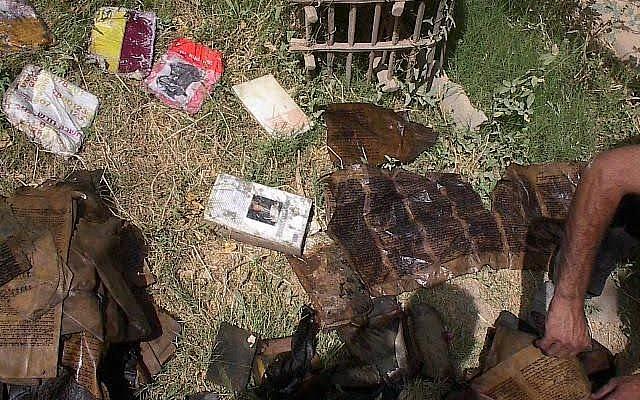 Des livres de la communauté juive sèchent au soleil après avoir été extirpés d'une cave inondée, de Mukhabarat, les quartiers généraux des services secrets de Saddam Hussein, le 6 mai 2003, à Bagdad. (Crédit : Photo by Harold Rhode/)
