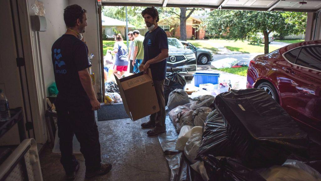 L'équipe d'IsraAID enlèvent les débris d'une maison de Bellaire, au Texas, le 31 août 2017. (Crédit : IsraAID)