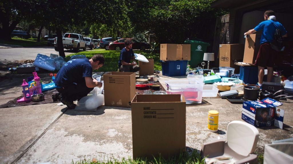 L'équipe d'IsraAID trie les possessions récupérables d'une famille texane après les inondations causées par l'ouragan Harvey, à Bellaire, le 31 août 2017. (Crédit : IsraAID)