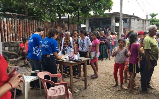 Des bénévoles de l'Agence juive au Mexique, après un tremblement de terre meurtrier, en septembre 2017. (Crédit : autorisation)