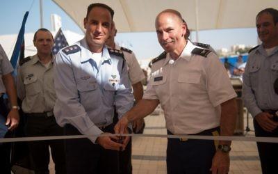 Le colonel Liran Cohen, à gauche, le directeur de l'école de l'armée de l'air israélienne, et le colonel David Shank de l'armée américaine, pendant l'inauguration de la première base militaire américaine permanente en Israël, sur la base aérienne de Mashabim, le 18 septembre 2017. (Crédit : armée israélienne)