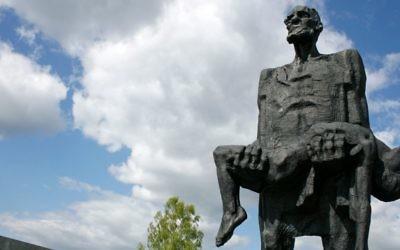 'L'Homme invaincu', du mémorial de Khatyn, qui rend hommage à Yuzif Kaminsky, survivant des atrocités nazis, et son fils assassiné Adam, et au peuple de Biélorussie massacré par les nazis pendant la Seconde Guerre mondiale. (Crédit : John Oldale/Wikimedia Commons via JTA)