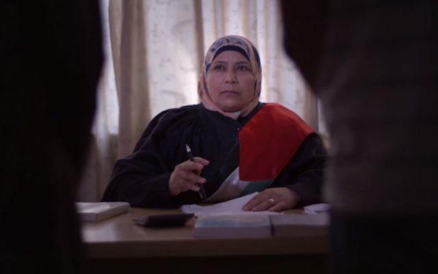 """La Palestinienne Kholoud al-Faqih, première femme juge de la charia du Moyen Orient, dans le film """"La juge"""", sorti le 11 septembre 2017. (Crédit : capture d'écran YouTube)"""