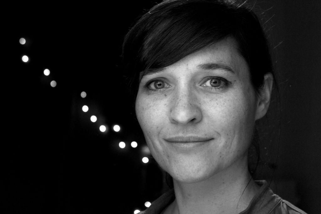 La réalisatrice Nicola Hens, qui filme le documentaire 'Une espionne insolite' sur Marthe Cohn. (Crédit : Autorisation)