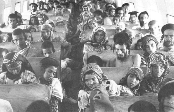 Des Juifs yéménites à bord d'un avion lors de l'opération Tapis volant, en 1949 (Crédit : Wikimedia Commons)