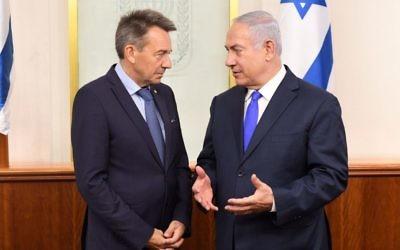 Peter Maurer, le directeur du Comité international de la Croix-Rouge, à gauche, avec le Premier ministre Benjamin Netanyahu, à Jérusalem, le 6 septembre 2017. (Crédit : Kobi Gideon/GPO)