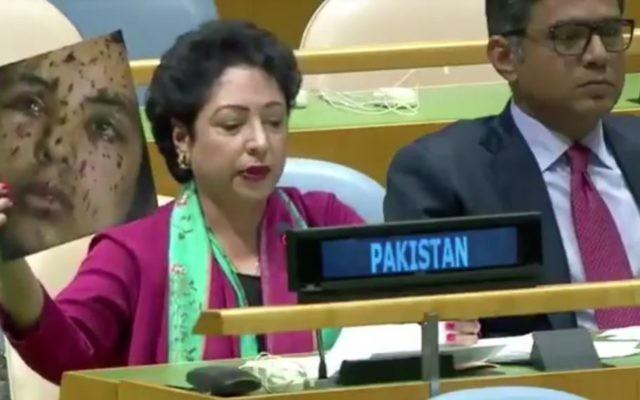Maleeha Lodhi, la représentante pakistanaise aux Nations unies, présente une image d'une Gazaouie en affirmant qu'elle est une victime des violences indiennes au Cachemire, devant les Nations unies, le 23 septembre 2017. (Crédit : capture d'écran Twitter)