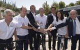 Les organisateurs du Giro d'Italie, notamment, depuis la gauche, l'amoureux du cyclisme et ambassadeur non-officiel du Giro Sylvan Adams, le maire de Jérusalem Nir Barkat, les légendes du vélo Alberto Contador et Ivan Basso, le ministre du Tourisme Yariv Levin, la ministre de la Culture Miri Regev et le manager du Giro d'Italie Mauro Vegni (Autorisation : Grand départ)