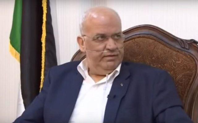 Saeb Erekat, secrétaire général du Comité exécutif de l'OLP, révèle qu'il attend une greffe de poumon aux Etats-Unis pendant un entretien diffusé à la télévision palestinienne, le 21 septembre 2017. (crédit : capture d'écran YouTube/Pal TV)